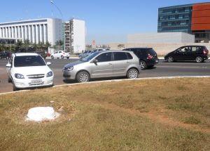 Dizem que Brasília não tem esquina. Talvez por isso os motoristas aqui não aprendam que estacionar na esquina é sempre proibido