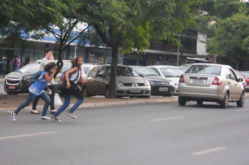 Jovens se arriscam atravessando fora da faixa na W3 Sul