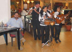 Eduardo ao lado dos funcionários do governo cubano que, nos restaurantes, cozinham, servem e alegram o ambiente com a autêntica música cubana
