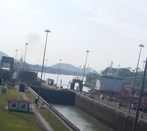 Um navio aproxima-se da primeira comporta
