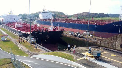 Dois navios se aproximam da segunda comporta, nos dois canais paralelos